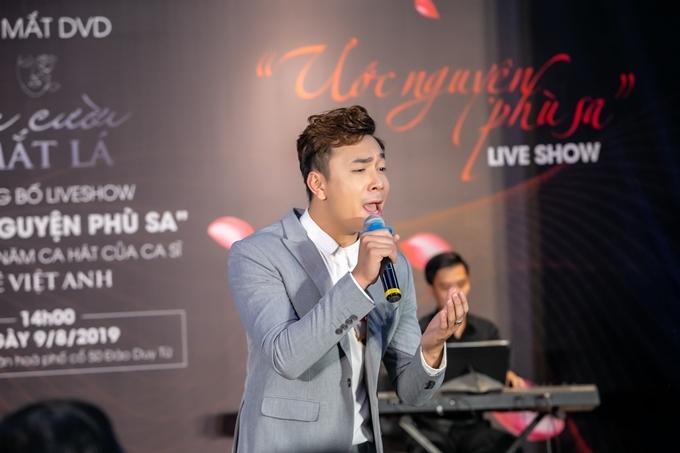 Lê Việt Anh hát trong hôm ra mắt album và giới thiệu về liveshow.