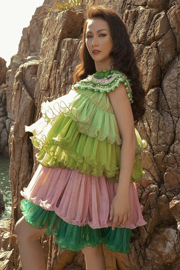 Paris Vũ tranh thủ thực hiện bộ ảnh thời trang mới khi ra Nha Trang công tác.