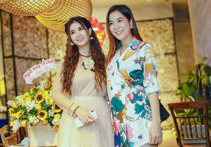 Hoa hậu Áo dài Quốc tế 2018 Kha My - em gái Kha Ly đến chúc mừng chị. Cô đăng quang trong cuộc thi nhan sắc tổ chức ở Thái Lan tháng 12/2018.