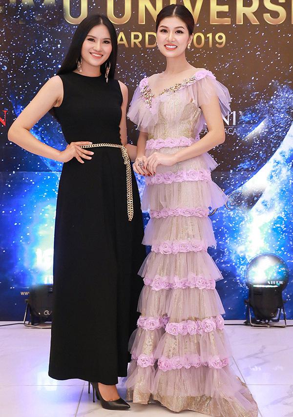 Oanh Yến vui vẻ hội ngộ gái quê Lê Thị Phương. Sau khi kết hôn và sinh con, nữ người mẫu chuyển hướng làm kinh doanh, ít tham dự các hoạt động của làng giải trí.