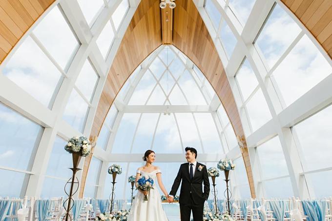 Một đám cưới mở racuộc sống mà chúng tôi mong muốn. Vào ngày 3/8, chúng tôi đã có một buổi lễ đơn giản và hứa sẽ chia sẻ với nhau một cuộc sống bình thường nhưng ý nghĩa để làm cho mỗi ngày bên nhau trở nên tốt đẹp hơn,Á hậu Hong Kong 2012 Chu Thiên Tuyết đã chia sẻ như vậy hôm 10/8 trên trang cá nhân cùng với bức ảnh về hôn lễ của mình.Nhiều bạn bè, các nghệ sĩ nổi tiếng đều dành lời chúc mừng để Chu Thiên Tuyết. Sau nhiều năm làm bạn, 5 năm làm người yêu, Chu Thiên Tuyết và Ngô Côn Luận đã có một đám cưới như mơ cho truyện tình cổ tích.Chu Thiên Tuyết sinh năm 1988, đoạt giải Á hậu Hong Kong 2012, từ đó gia nhập đài TVB. Người đẹp từng đóng Sứ mệnh 36 giờ 2, Tái kiến minh thiên, Cảnh sát siêu năng...