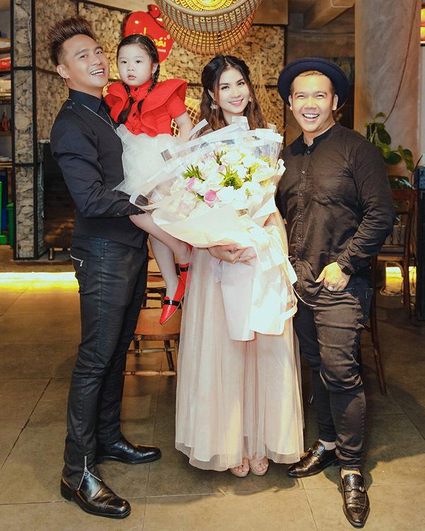 Nhà thiết kế Minh Châu là người đã hỗ trợ trang phục áo dài cho Kha Ly đi thi hát.