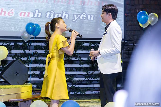 Trong buổi họp fan hôm qua, Quốc Trường và Bảo Thanh còn hoà giọng trong bản tình ca ngọt ngào Cơn mưa tình yêu.