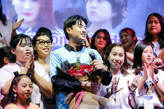Anh mặcchiếc áo phông được fan tặng ngay trên sân khấu. Có khoảng 200 người hâm mộ của nam diễn viên tham gia chương trình. Họ biết đến Quốc Trường chủ yếu từ vai Vũ trong Về nhà đi con.