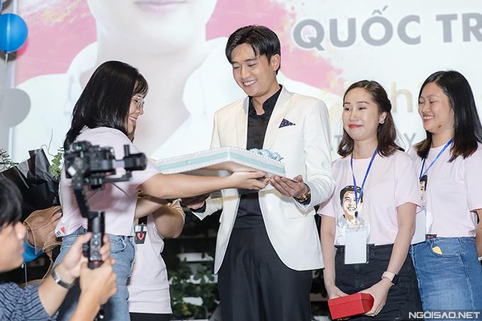Nam diễn viên cảm động khi được các fan trong FC Hà Nội tặng nhiều món quà ý nghĩa.