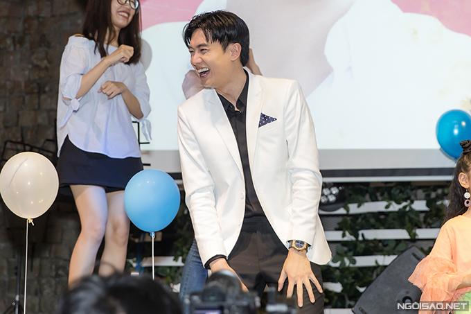 Ngoài phần giao lưu cùng diễn viên Bảo Thanh, Quốc Trường còn chiều lòng fan bằng cách tham gia tất cả các thử thách mà mọi người đặt ra. Anh nhảy múa nhiệt tình trên sân khấu.