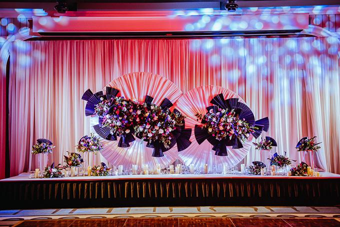 Đám cưới này có nhiều điểm khác biệt với đám cưới trong nước. Chúng tôi có sử dụng hoa nhưng không quá nhiều, kết hợp với nhiều đồ vật, vật liệu trang trí khác mang tính nghệ thuật hơn, ekip bật mí.