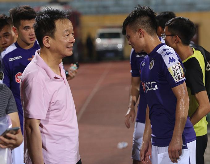 Bầu Hiển động viên Quang Hải sau trận đấu. Ảnh: Đương Phạm.