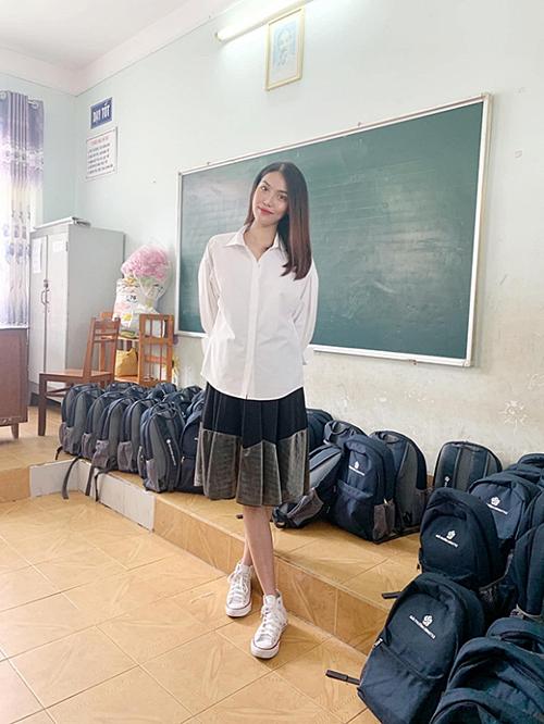 Lan Khuê đang mang thai ở tháng thứ sáu nhưng vẫn tích cực tham gia công tác thiện nguyện. Ngày 10/8, cô đồng hành cùng một số người đẹp tham dự sự kiện và trao học bổng cho các hoàn cảnh khó khăn tại Bà Rịa - Vũng Tàu.