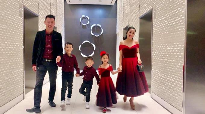 Vợ chồng Ốc Thanh Vân - Trí Rùa cùng ba con lên đồ tone đỏ đồng điệu đi dự sự kiện.