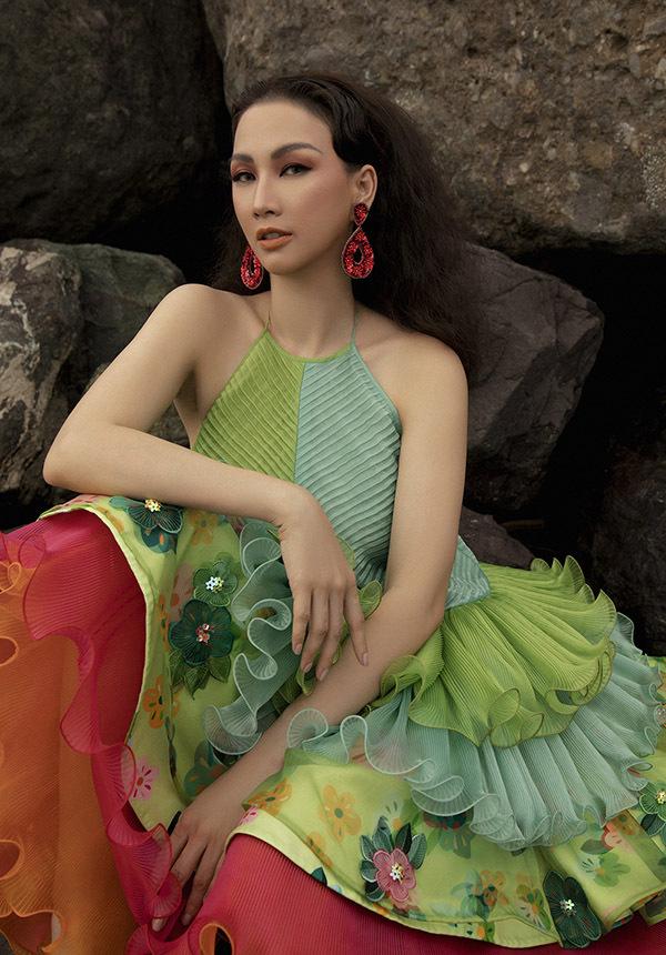 Paris Vũ chia sẻ cô rất thích các thiết kế cổ yếm, màu sắc nổi bật trong sưu tập Tình tang của Thuỷ Nguyễn ra mắt hồi tháng 4.