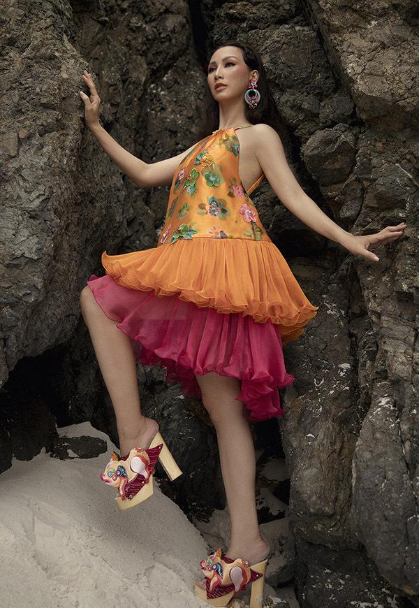 Hoa hậu Doanh nhân Toàn năng châu Á 2018 đi đôi dép cao gót độc đáo, tạo dáng cheo leo ở một vách đá.