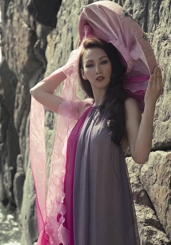 Cô tạo dáng kiêu sa với phụ kiện nón quai thao của phụ nữ Bắc Bộ thời xưa.