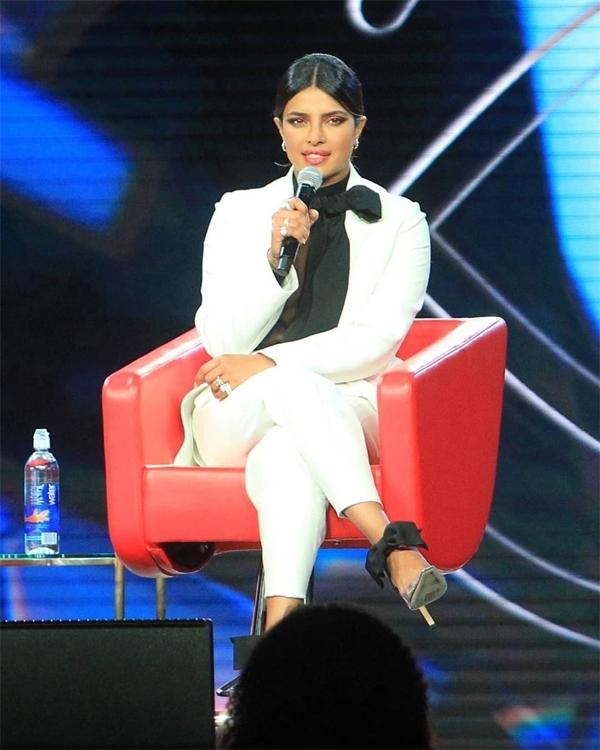 Tại sự kiện, Priyanka có cuộc trò chuyện giao lưu với khán giả. Cô chia sẻ về cách làm đẹp và sự tự tin với ngoại hình tự nhiên của mình.