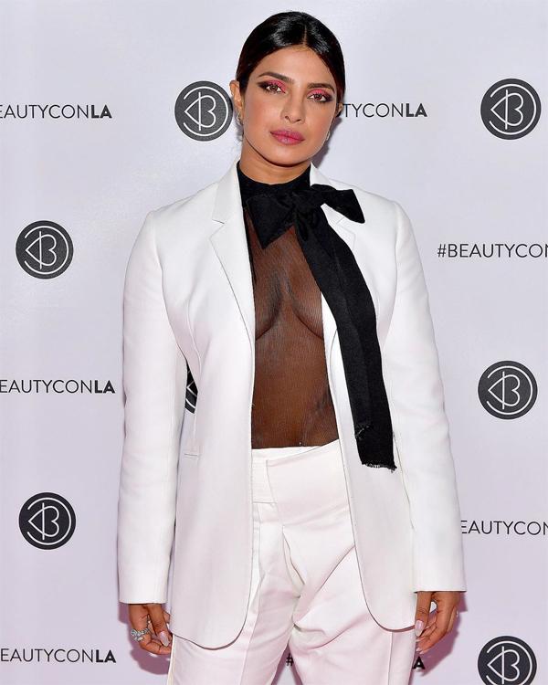 Priyanka Chopra được mệnh danh là một biểu tượng thời trang. Cô có thể biến hóa với rất nhiều phong cách khác nhau.