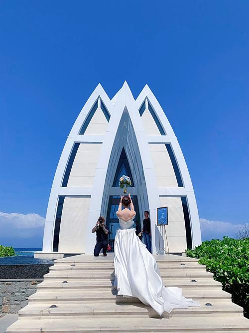 Trong hôn lễ, Chu Thiên Tuyết mặc hai chiếc váy cưới có dáng chữ A xòe nhẹ. Cả hai đều không phải là thiết kế của nhãn hàng cao cấp, xa xỉ. Chiếc váy cưới chính có dáng cổ trễ để khoe được bờ vai nhỏ xinh của cô dâu. Váy kết hợp hai chất liệu ren và lụa tơ tằm một cách tinh tế.
