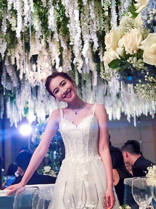 Chu Thiên Tuyết còn sử dụng thêm một chiếc váy 2 dây nẹp corset đính ren bông để thuận tiện di chuyển khi giao lưu với khách mời. Theo On, cô dâu thậm chí còn không thuê chuyên gia trang điểm, làm tóc nổi tiếng để làm đẹp cho mình trong ngày trọng đại.