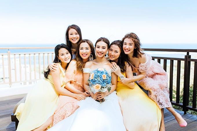 Cô dâu và phù dâu đều không quá cầu kỳ về trang phục.