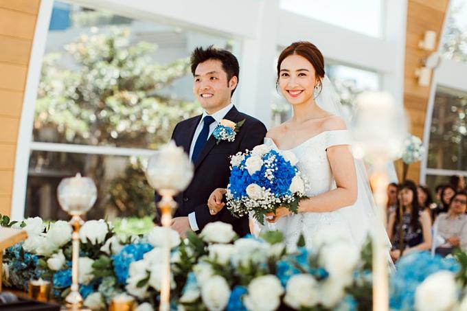Từ chối tổ chức một đám cưới xa hoa tại Hong Kong như nhiều nghệ sĩ nước này, Chu Thiên Tuyết và Ngô Côn Luận đã có một buổi tiệc ấm cúng, giản dị chỉ với 80 khách mời là các thành viên trong gia đình và những bạn bè thân thiết của cả hai.
