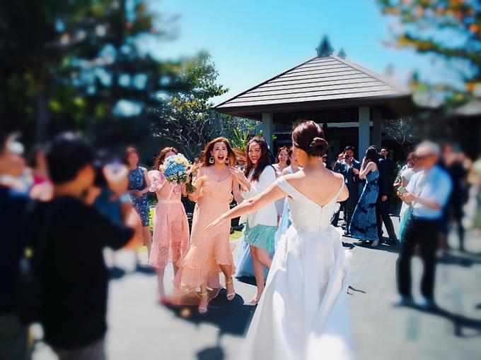 Đường cắt chữ V sau lưng váy vừa đủ để tạo sự quyết rũ nhưng vẫn giúp cô dâu giữ được nét thanh lịch, kín đáo.