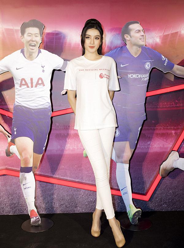 Tối 11/8, sau khi tham dự sự kiện ở TP HCM, Huyền My hào hứng theo dõi buổitường thuật trực tiếp trận đấu giữa MU và Chelsea ở vòng mở màn giải Ngoại hạng Anh 2019-2020.