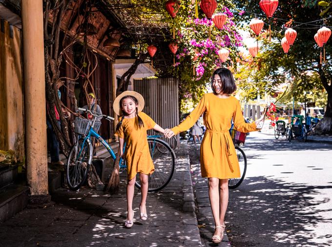 Mai Phương nắm tay con gái tung tăng dạo bước ở phố cổ Hội An.