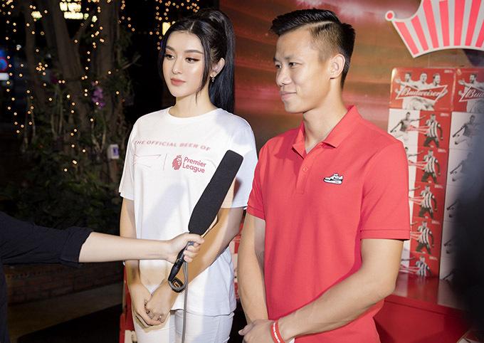 Quế Ngọc Hải trả lời phỏng vấn trước khi trận đấu diễn ra.