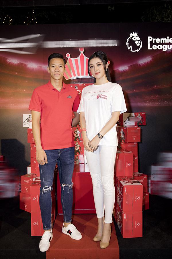 Trung vệ đội trưởng tuyển Việt Nam chụp ảnh lưu niệm cùng người đẹp 23 tuổi.