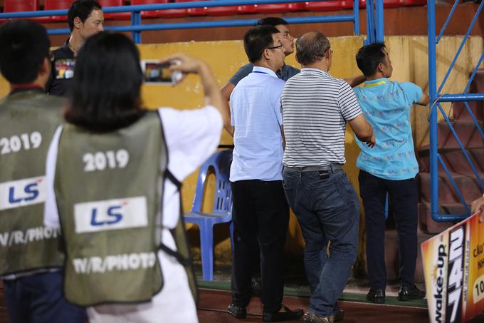 HLV Park chạy trốn fan khi bị 'quây' ở Hàng Đẫy