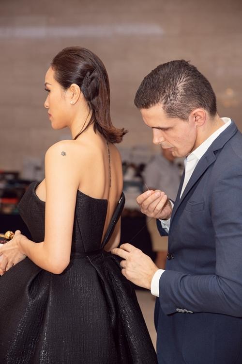 Ông xã doanh nhân thường xuyên tháp tùng vợ đi dự sự kiện, dẫn chương trình và giúp cô ứng phó khi gặp sự cố.