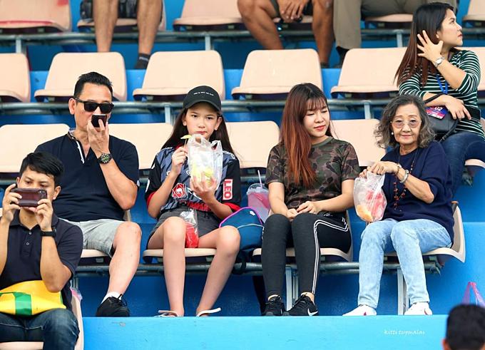 Bố, em gái và bạn gái của Văn Lâm (từ trái sang) trên khán đài ở Thai League Chủ nhật tuần trước.