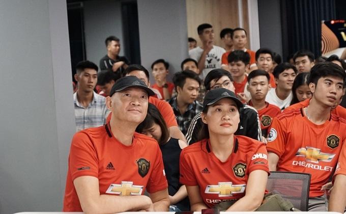 Wing xem trọn vẹn trận MU - Chelsea cùng fan Việt Nam tối 11/8. Ảnh: Hữu Nhơn.