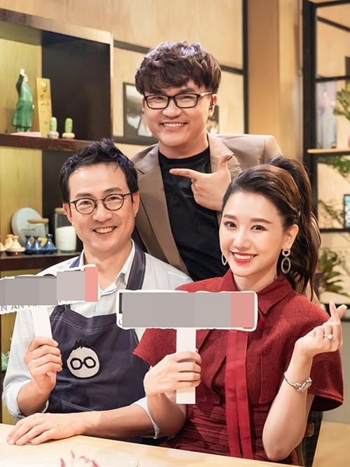 MC Đại Nghĩa (đứng), đầu bếp Lee Wook Jung và diễn viên Hari Won trong chương trình.
