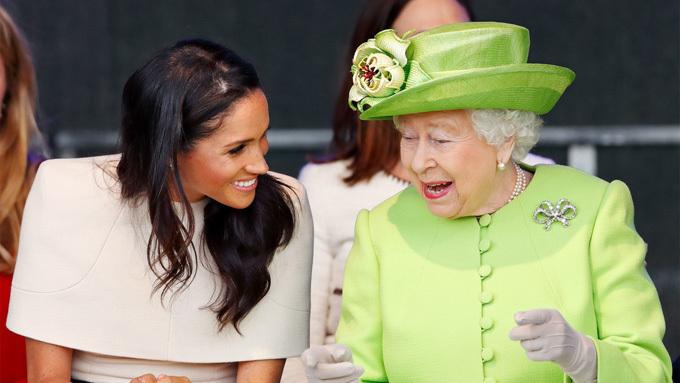Nữ hoàng Anh thân thiết trò chuyện với cháu dâu trong chuyến đi tới Cheshire hồi tháng 6 năm ngoái. Ảnh: Max Mumby.
