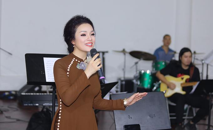 Ngoài vai trò chủ nhiệm chương trình, biên tập âm nhạc, Tân Nhàn còn hát Quê mẹ và song ca Ngồi buồn nhớ mẹ ta xưa cùng NSƯT Đình Cương.