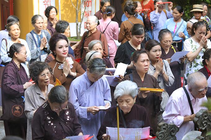 Nữ ca sĩ chia sẻ, cô rất thích đến chùa vào dịp lễ Vu Lan vì cảm nhận được thêm về chữ hiếu trong đạo làm con cũng như điều tốt đẹp đến từ những người đến khấn nguyện.