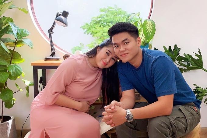 Hơn một năm kết hôn, Lê Phương mang thai con gái với Trung Kiên. Từ lúc có tin vui, cô tạm gác các dự án nghệ thuật, tập trung nghỉ ngơi và dưỡng thai. Mới đây, gia đình nữ diễn viên cùng vợ chồng Ngân Khánh sang Singapore du lịch.