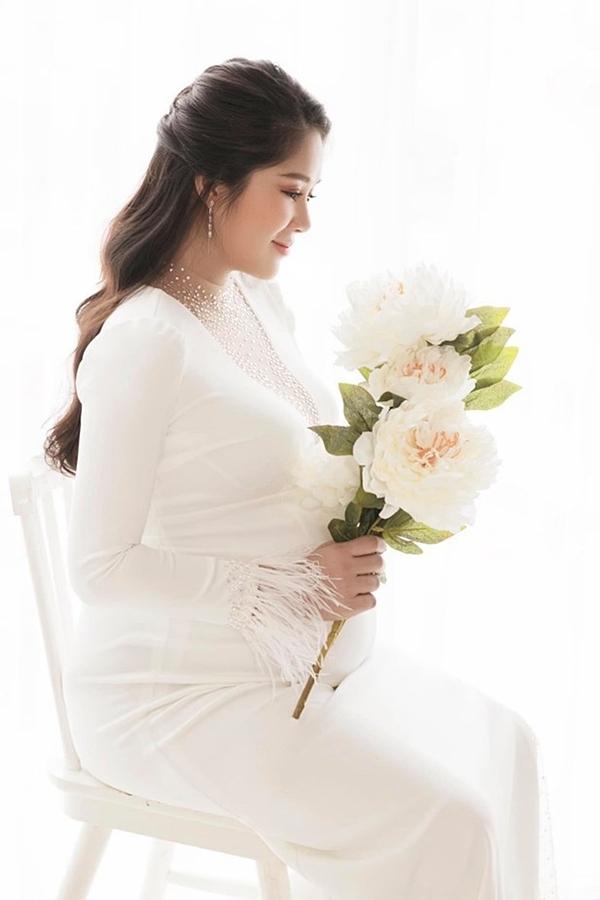 Lê Phương dự kiến sinh con gái vào cuối tháng 8 này.