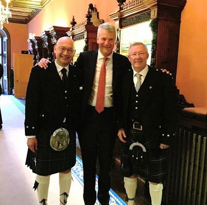 Wing (trái) mặc váy Scotland dự tiệc cưới cùng Sir Alex và David Gill. Ảnh: Instagram.