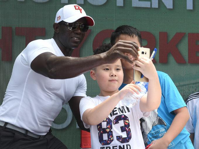 Dwight Yorke giao lưu với fan nhí ở Hà Nội.