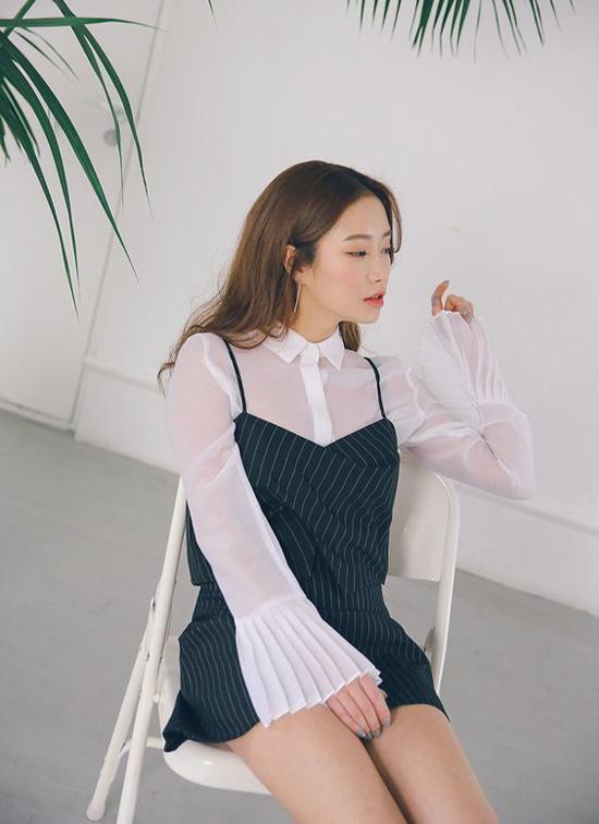 Váy hai dây quai mảnh khó lòng mặc đến văn phòng, tuy nhiên nếu khéo kết hợp với sơ mi trong suốt các nàng vẫn có thể khoe đồ sexy một cách tinh tế.