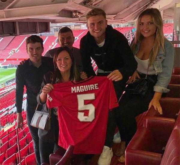 Bố mẹ cùng hai em trai và em gái Harry Maguire cũng tới Old Trafford cổ vũ.