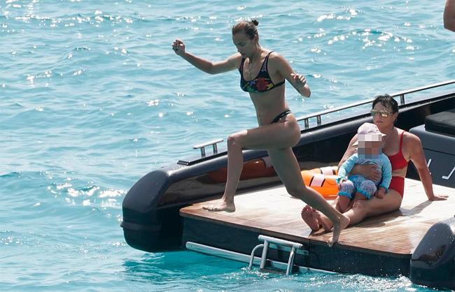 Irina Shayk vừa tắm nắng vừa trông con gái trên thuyền - 5