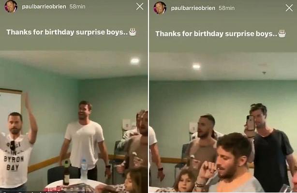 Người bạn Paul Barrie OBrien chia sẻ ảnh Chris và Liam dự sinh nhật hôm 5/8. Liam (mặc áo trắng) được trông thấy rất vui vẻ bên bạn bè.
