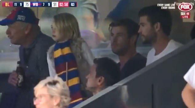 Cũng ngày hôm đó, hai anh em đi xem bóng bầu dục cùng bố (ngoài cùng bên trái). Khoảnh khắc ngồi xem bóng của họ được đài truyền hình Fox ghi lại.