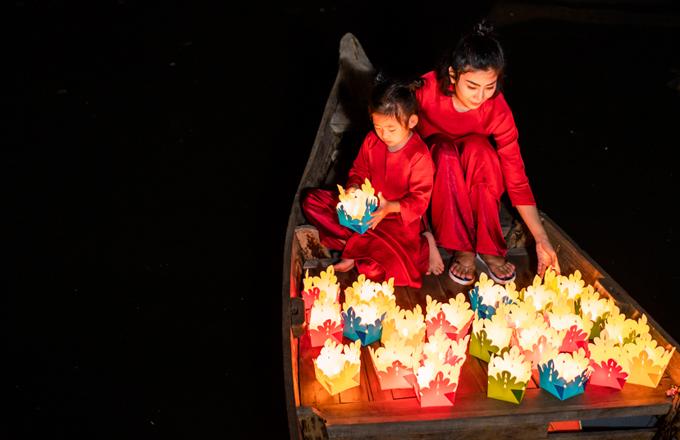 Buổi tối bé Lavie hào hứng đi thả đèn hoa đăng cùng mẹ.