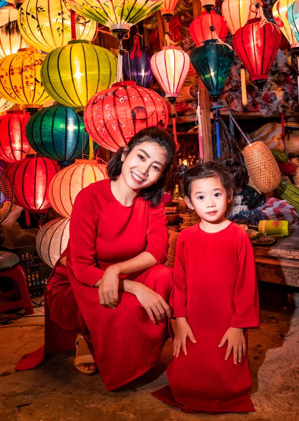 Phố đèn lồng rực rỡ sắc màu là nơi không ai có thể bỏ qua khi ghé thăm Hội An. Nhà thiết kế Helen Nguyễn hỗ trợ Mai Phương chuẩn bị trang phục cho chuyến đi này.