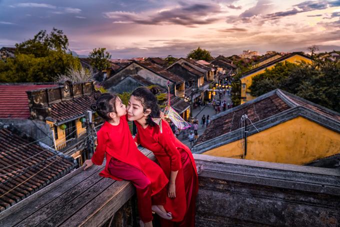 Hai mẹ con nữ diễn viên tạo dáng trên sân thượng một ngôi nhà cổ ở Hội An.