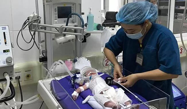 Bé gái đang được chăm sóc tại Bệnh viện Sản Nhi Quảng Ninh sau khi chào đời bằng phương pháp mổ hôm 12/8. Ảnh: Bệnh viện cung cấp.