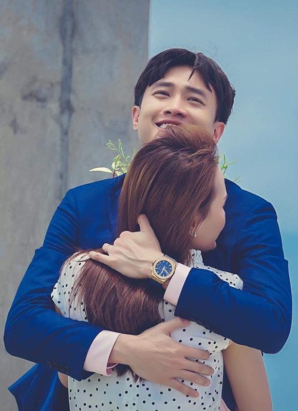 Vũ (Quốc Trường) ôm chầm lấy Thư (Bảo Thanh) khi cầu hôn thành công ở tập cuối Về nhà đi con.